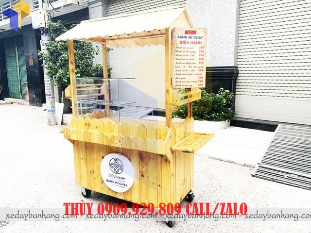 xe gỗ bán bánh mì chay lưu động