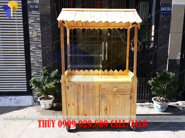 xe gỗ bán xiên que lưu động